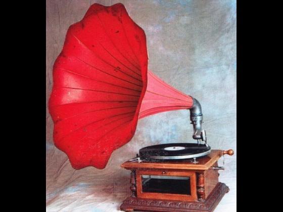 """Analisi storica ed artistica: Grammofono della ditta """"Bonomi"""" di Milano con cristalli molati e tromba gigante color rosa. Epoca: Anno 1908-1910 circa."""