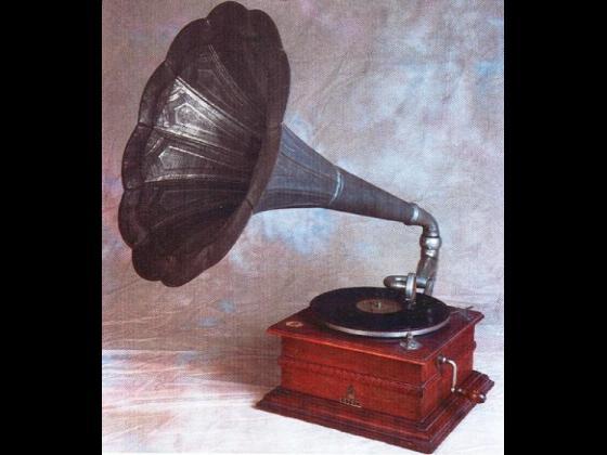 """Analisi storica ed artistica: Grammofono """"Odeon"""" con tromba a giglio in ferro zincato. Epoca: Anno 1908 circa."""