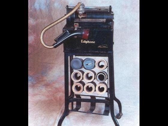 """Analisi storica ed artistica: Dittafono """"Ediphone"""", registratore per uffici della ditta """"Edison"""" Epoca: Anno 1907-1908 circa. Note: Molto raro dato il primo e particolare sistema di registrazione su rulli di cera."""