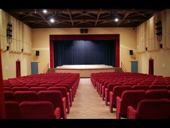 Platea e palco con sipario aperto