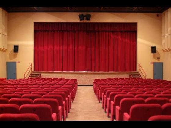 Platea e palco con sipario chiuso